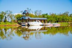Яхта в озере Стоковая Фотография