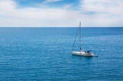 Яхта в океане стоковые изображения