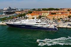 Яхта в профиле с туристическим судном Стоковая Фотография