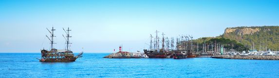Яхта в стиле пирата входит в гавань залива с другими яхтами Стоковые Фотографии RF