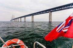 Яхта и мост oresund между Данией Швецией стоковое изображение rf