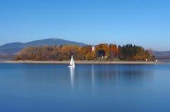 Яхта и остров Slanica, Словакия Стоковые Изображения RF