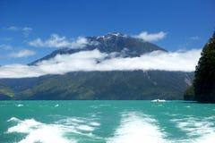 яхта красивейшего голубого яркого мотора озера малюсенькая Стоковое Изображение RF
