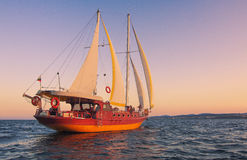 Яхта на заходе солнца стоковые изображения rf