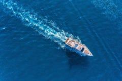 Яхта на море Вид с воздуха роскошного плавая корабля Стоковая Фотография RF