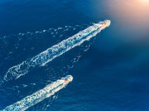 Яхта на море Вид с воздуха роскошного плавая корабля Стоковое Изображение RF
