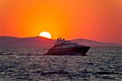 Яхта на море с былинным заходом солнца стоковое фото rf