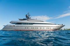 Яхта на море стоковые изображения rf