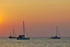 Яхта на пляже во время захода солнца стоковое изображение