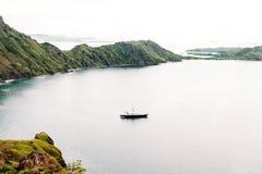 Яхта около острова Padar, национального парка Komodo в восточном Nusa Tenggara, Индонезии Стоковые Изображения RF