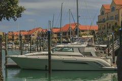 Яхта перед домом Стоковые Фото