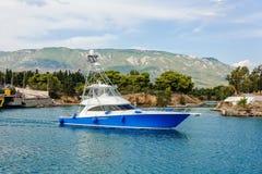 Яхта плавает за понижая мостом Коринф Греция стоковые фото