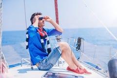 Яхта плавания молодого человека Праздники, люди, перемещение стоковое фото rf