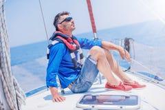 Яхта плавания молодого человека Праздники, люди, перемещение стоковая фотография rf