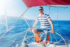 Яхта плавания молодого человека Праздники, люди, перемещение стоковые фотографии rf
