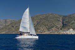 Яхта плавания под полным ветрилом Стоковые Изображения