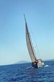 Яхта плавая на море стоковое изображение