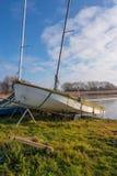 Яхта под обручами ждать для того чтобы пойти на озеро на Hornsea простом стоковые фотографии rf