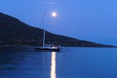 Яхта поставленная на якорь в лунном свете, Греция Стоковое фото RF