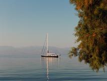 Яхта поставленная на якорь в штиле на море, Греции Стоковые Изображения