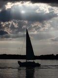 Яхта под небесными лучами стоковые изображения rf