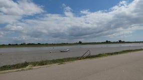 Яхта пристала к берегу когда приливы вне в Англии 2 стоковые фотографии rf