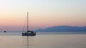 Яхта причаленная в заливе на зоре Стоковая Фотография