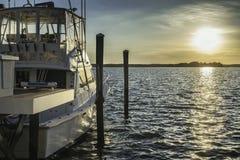 Яхта рыбацкой лодки готовая для того чтобы пойти в океан от дока на времени захода солнца Стоковое Изображение
