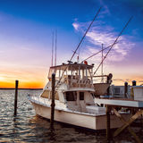Яхта рыбацкой лодки на пристани на заходе солнца на пристани озера стоковое фото rf