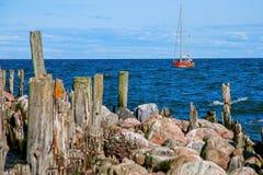 Яхта с пониженными ветрилами стоковые фотографии rf