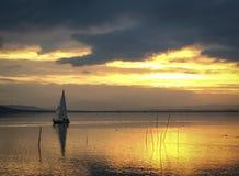 Яхта Trasimeno озера на заходе солнца Стоковое Изображение RF