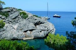 Яхты в заливе между горами стоковое фото rf