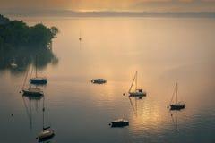 Яхты в тумане раннего утра на озере Maggiore Пьемонте Lesa стоковые фотографии rf