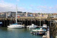 Яхты и другие шлюпки в Eyemouth затаивают Шотландию стоковые фотографии rf