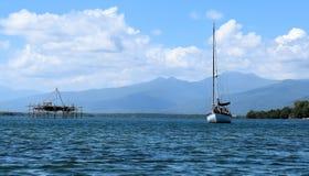 Яхты и катамараны в Марине на анкере philippines стоковые фотографии rf