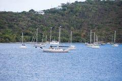 Яхты и парусники с сочного зеленого горного склона Стоковые Фото