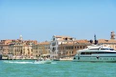 Яхты и шлюпки в море Венеции, Италии Стоковые Изображения RF