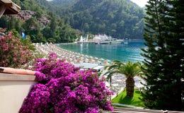 Яхты на пристани и пляже на среднеземноморском турецком курорте Стоковое Изображение