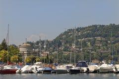 Яхты на como с предпосылкой горы, озере Como озера, Италии Стоковая Фотография RF