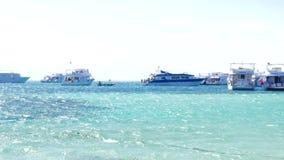 Яхты около берега острова рая сток-видео