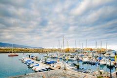 Яхты паркуя в гавани на заходе солнца, яхте гавани в Тенерифе, Канарских островах Стоковые Фото