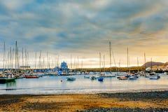 Яхты паркуя в гавани на заходе солнца, яхте гавани в Тенерифе Стоковая Фотография