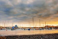 Яхты паркуя в гавани на заходе солнца, яхте гавани Стоковое Изображение RF