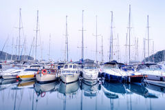 Яхты паркуя в гавани на заходе солнца, яхт-клубе гавани в Gocek, Турции Стоковые Изображения
