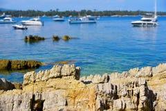 Яхты поставленные на якорь в островах Lerins, Франции Стоковая Фотография