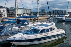 Яхты припарковали на пристани около города Стоковые Изображения RF