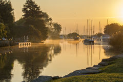 Яхты причаленные на реке на туманном утре Стоковая Фотография