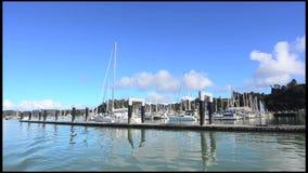 Яхты причаливая в заливе островов Новой Зеландии акции видеоматериалы