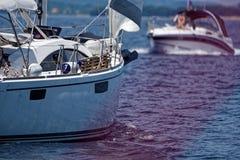 Яхты проходя мимо на след стоковое изображение