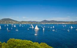 Яхты регаты de St Tropez маркизетов Les залив ждут начало гонки стоковое изображение rf
